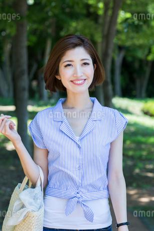 公園を散歩する20代女性の写真素材 [FYI01734498]