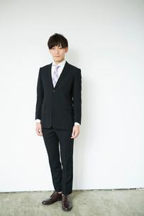 スーツ姿の20代男性ポートレートの写真素材 [FYI01734510]