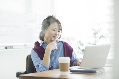 パソコンをするビジネスウーマンの写真素材 [FYI01734553]