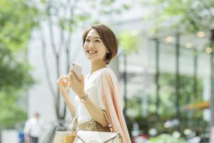ショッピング楽しむ女性の写真素材 [FYI01734560]