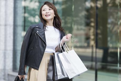 ショッピング楽しむ若い女性の写真素材 [FYI01734595]