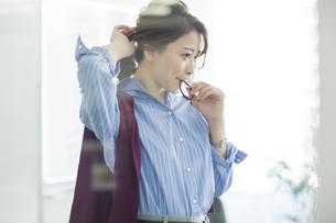 髪を結うビジネスウーマンの写真素材 [FYI01734599]