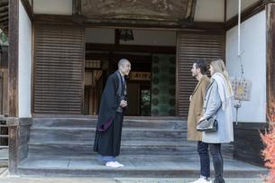 寺院に訪れる外国人の男女の写真素材 [FYI01734606]