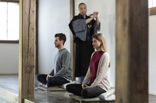 座禅を体験する外国人の男女の写真素材 [FYI01734615]