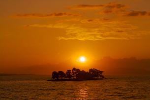 夕日と宍道湖の写真素材 [FYI01734676]