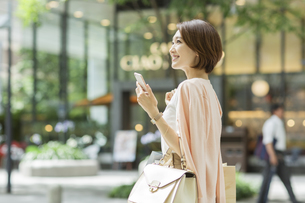 ショッピング楽しむ女性の写真素材 [FYI01734685]