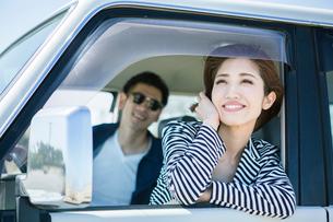 ドライブを楽しむ20代30代カップルの写真素材 [FYI01734709]