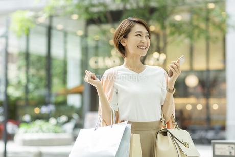 ショッピング楽しむ女性の写真素材 [FYI01734742]