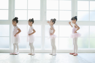 バレエ教室の4人の女の子の写真素材 [FYI01734757]
