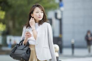 スマートフォンを持つビジネスウーマンの写真素材 [FYI01734759]