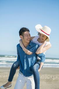彼女を背負う30代男性の写真素材 [FYI01734791]
