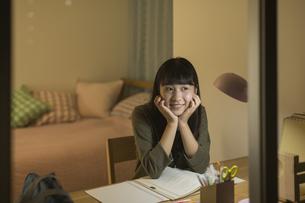 机で勉強をする女の子の写真素材 [FYI01734803]