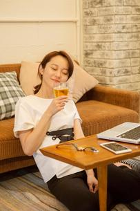ビールを飲みくつろぐ30代女性の写真素材 [FYI01734845]