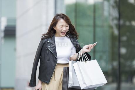 ショッピング楽しむ若い女性の写真素材 [FYI01734850]