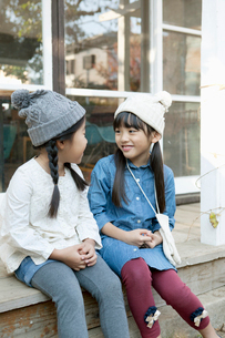 庭先で微笑む2人の女の子の写真素材 [FYI01734864]