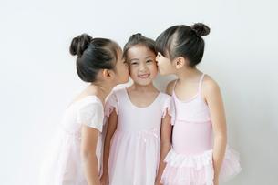 キスをする3人の女の子の写真素材 [FYI01734892]