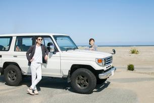 海にドライブに来た20代30代カップルの写真素材 [FYI01734909]