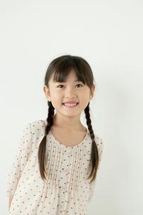 微笑む女の子のポートレイトの写真素材 [FYI01734930]