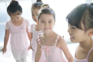 バレエ教室の4人の女の子の写真素材 [FYI01734948]