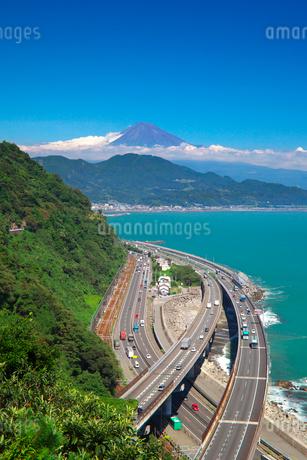 東名高速道路と駿河湾と富士山の写真素材 [FYI01734954]