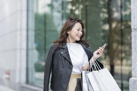 ショッピング楽しむ若い女性の写真素材 [FYI01734964]