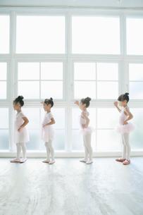 バレエ教室の4人の女の子の写真素材 [FYI01734983]
