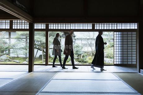 寺院を案内する住職と外国人の男女の写真素材 [FYI01734985]