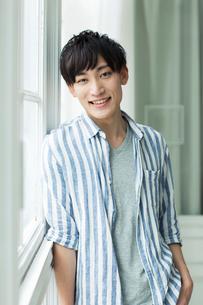 笑顔の20代男性ポートレートの写真素材 [FYI01734986]