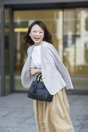 笑顔の若いビジネスウーマンの写真素材 [FYI01734996]