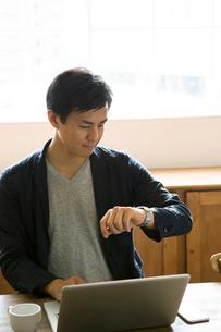 腕時計を確認する30代男性の写真素材 [FYI01735030]