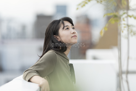 バルコニーで笑顔の女の子の写真素材 [FYI01735041]