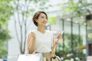 ショッピング楽しむ女性の写真素材 [FYI01735048]