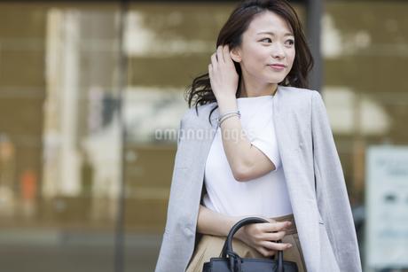 笑顔の若いビジネスウーマンの写真素材 [FYI01735065]