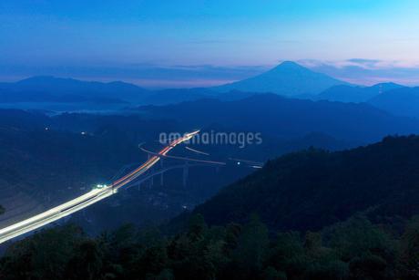 新東名高速道路と富士山の夜景の写真素材 [FYI01735066]