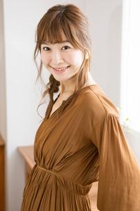 笑顔の20代女性ポートレートの写真素材 [FYI01735073]
