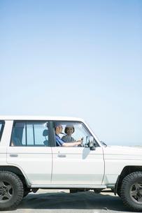 海にドライブに来た20代30代カップルの写真素材 [FYI01735083]