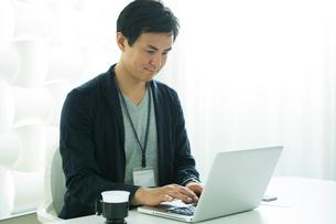 パソコンを操作する仕事中の30代男性の写真素材 [FYI01735100]