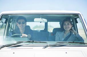 ドライブを楽しむ20代30代カップルの写真素材 [FYI01735116]