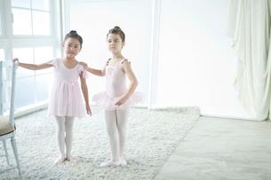 バレエ教室の2人の女の子の写真素材 [FYI01735168]