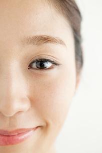 20代女性の目のアップの写真素材 [FYI01735177]