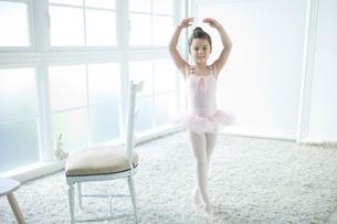 バレエ教室の女の子の写真素材 [FYI01735184]