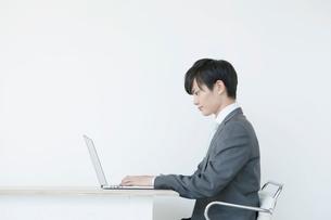 ノートパソコンを使うヤングビジネスマンの写真素材 [FYI01735219]