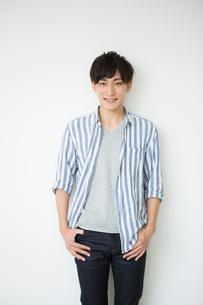 笑顔の20代男性ポートレートの写真素材 [FYI01735229]