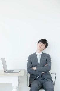 考えるヤングビジネスマンの写真素材 [FYI01735242]