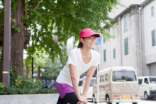 足を伸ばす若い女性の写真素材 [FYI01735269]