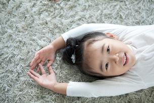 微笑む女の子の写真素材 [FYI01735276]
