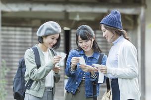 おみくじを見る3人の女性の写真素材 [FYI01735296]