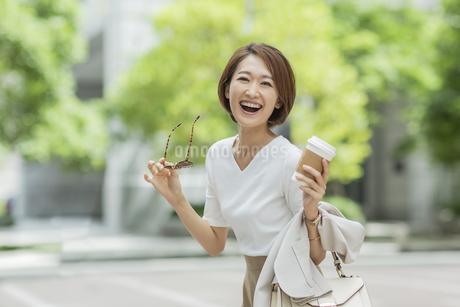 笑顔のビジネスウーマンの写真素材 [FYI01735325]