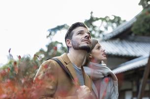 寺院を観光する外国人の男女の写真素材 [FYI01735343]