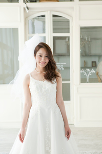 ウェディングドレスの女性ポートレートの写真素材 [FYI01735362]